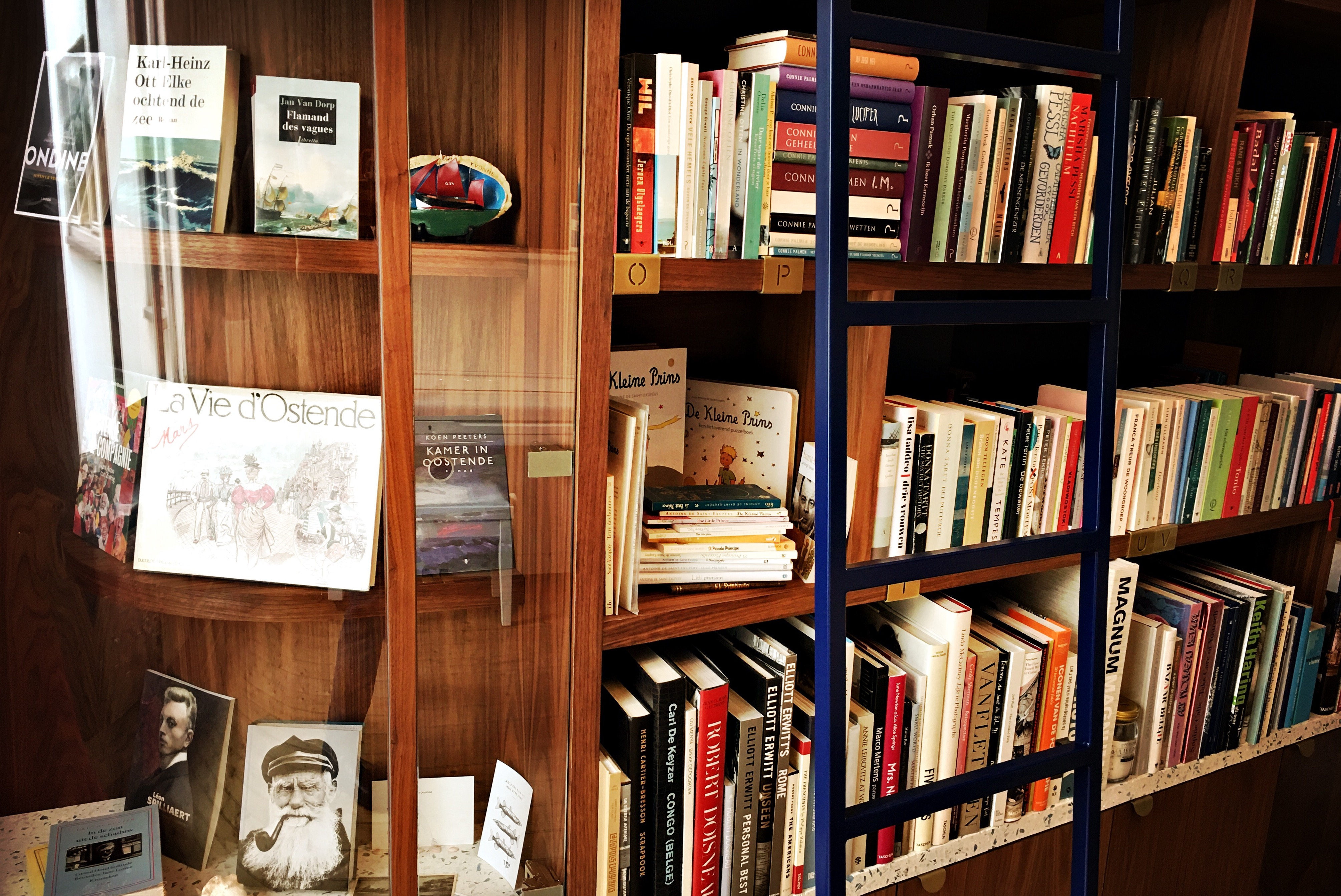 De boekenkast van Heidi Lenaerts.JPG